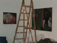 beim Einrichten der Ausstellung