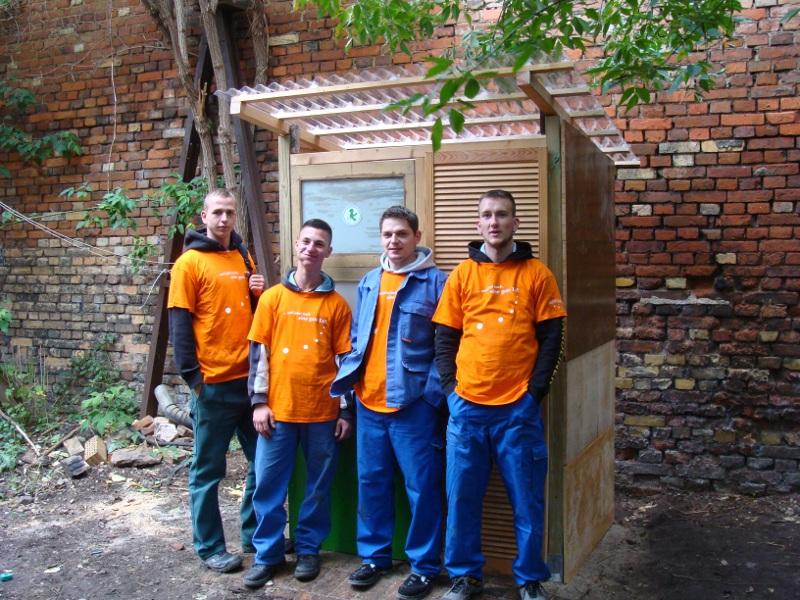 Neues Bioklo am Freiwilligentag für Azubis