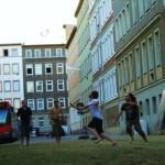 Stadt-Spiel-Vision: Sport auf der Straße mit IBA-Bus im Hintergrund