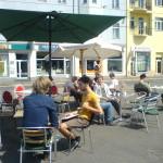 Sommer-Café auf der Verkehrsinsel